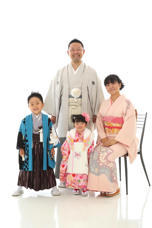 家族で着物を着て七五三の撮影